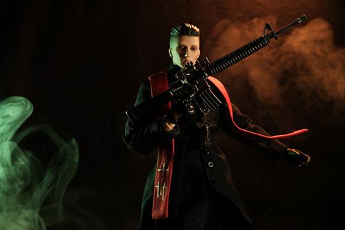 ツバキアキラが撮った、RingtoysのPriest K。ストラをなびかせて、銃を構えるPriest K。