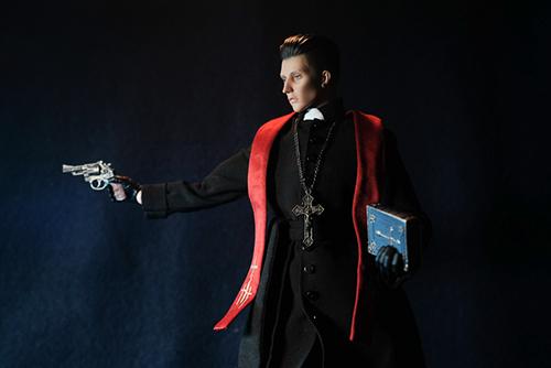 ツバキアキラが撮った、RingtoysのPriest K。聖書を片手に銃を撃つ、Priest K。