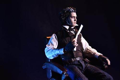 ツバキアキラが撮った、ホットトイズのスウィーニー・トッド。セットについていた、あの理髪師の椅子に座って。