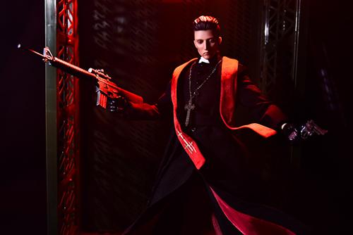 ツバキアキラが撮った、RingtoysのPriest K。赤い光の中、両手に銃を携え、戦うPriest K。