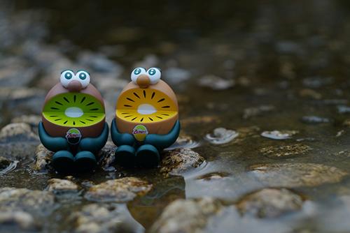 ツバキアキラが撮った、ゼスプリキウイブラザーズのフィギュア。水の中に座って、よく冷やしているキウイブラザーズ。