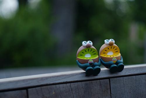 ツバキアキラが撮った、ゼスプリキウイブラザーズのフィギュア。橋の上でまったりしているキウイブラザーズ。