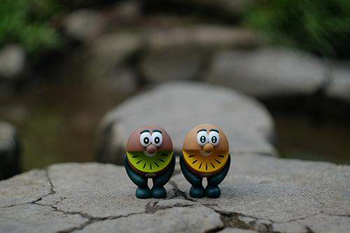 ツバキアキラが撮った、ゼスプリキウイブラザーズのフィギュア。池の飛び石を跳んで、こちらへ渡ってきたのでしょうか。
