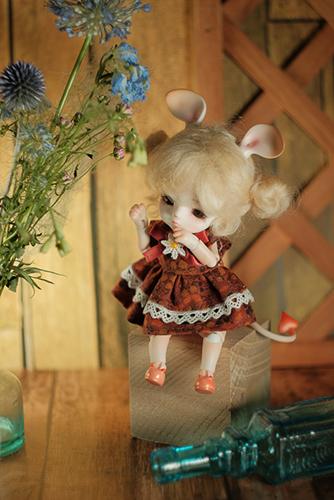 ツバキアキラが撮った、LOONGSOUL・JomeeのJun。いつものキノコの帽子は脱いで、ネズミのお耳で、雨色の小さな花束と一緒に。