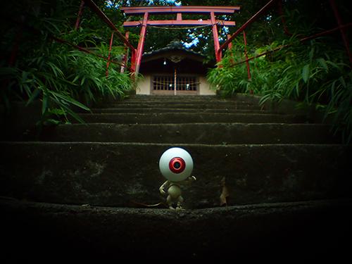ツバキアキラが撮った、海洋堂・タケヤ式自在置物・目玉おやじ。近所の神社で撮影させて頂きました。