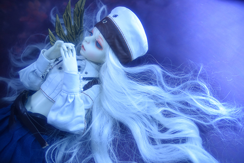 機械の翼を持つ少女、DOLLZONE・GillのAnne(アンヌ)。風になびく、銀髪の髪。