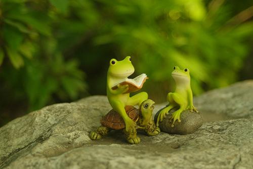 ツバキアキラが撮ったカエルのフィギュア。岩の上で本を読んで貰っているカエルさん。本の続きが気になって仕方が無いみたいです。
