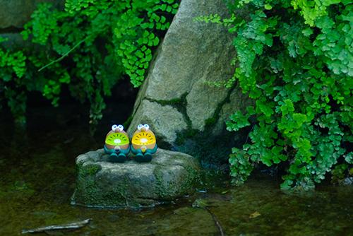 ツバキアキラが撮った、ゼスプリキウイブラザーズのフィギュア。水辺の岩の上で涼んでいるキウイブラザーズ。