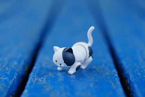 ツバキアキラが撮った、Cup Figure まぐねっこ その2。青いベンチの上を抜き足差し足で歩いている、まぐねっこ。
