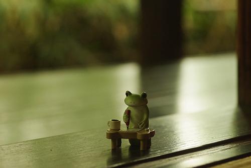ツバキアキラが撮ったカエルのフィギュア。涼しい縁側で手紙を書いているコポタロウ。