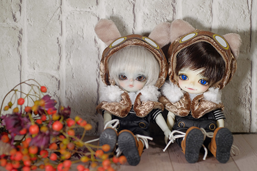 WITHDOLL、Happy Ending Story - Wolf Rudyのルディと、WITHDOLL、Halloween Limited Edition / Black Cat / Butler Pookyのキオ。スチームパンク風のねこさんのケープを着てみました。