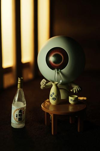 ツバキアキラが撮った、海洋堂・タケヤ式自在置物・目玉おやじ。涙をこぼしながら、酒を飲む、目玉おやじ。