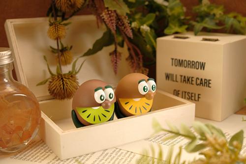 ツバキアキラが撮った、ゼスプリキウイブラザーズのフィギュア。オシャレな箱に箱詰めされている気分のキウイブラザーズ。