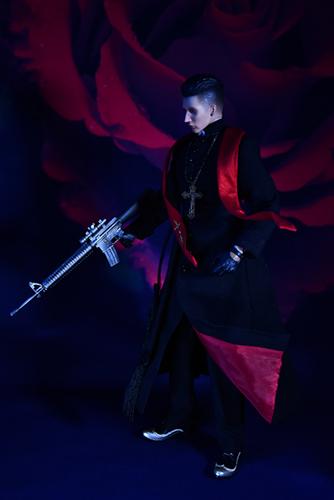 ツバキアキラが撮った、RingtoysのPriest K。薔薇を背景に、機関銃を構える、Priest K。