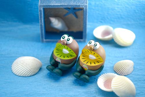 ツバキアキラが撮った、ゼスプリキウイブラザーズのフィギュア。貝殻から海の音を感じているキウイブラザーズ。