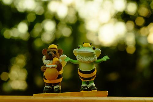 ツバキアキラが撮ったカエルのフィギュア、コポー。森に隠したハチミツを探しに行こうとしている、コポタロウとクマくん。