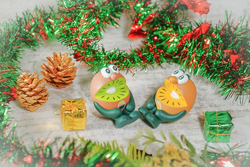 ツバキアキラが撮った、ゼスプリキウイブラザーズのフィギュア。お互いにクリスマスプレゼントを用意しているのに、なかなか渡せない、シャイなキウイブラザーズ。