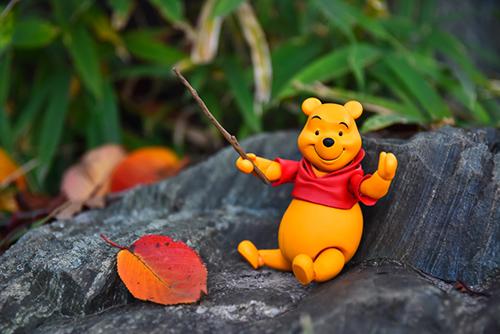 ツバキアキラが撮った、海洋堂・MOVIE REVO・くまのプーさん。木の棒を持って、気分は指揮者。