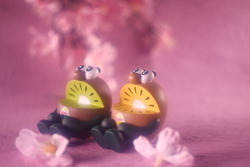 ツバキアキラが撮った、ゼスプリキウイブラザーズのフィギュア。口をあんぐりと開けて、お花見をしているキウイブラザーズ。