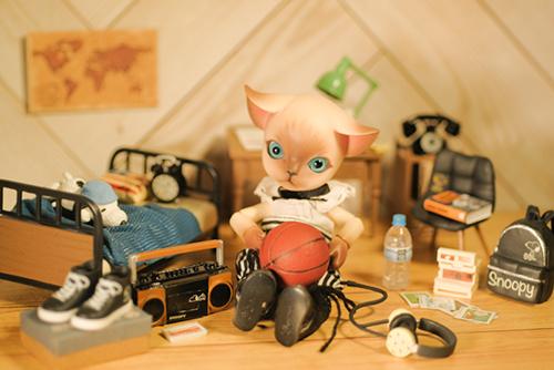 ツバキアキラが撮った、ISLAND DOLL・Luo LuoのRicky。リーメントのスヌーピーの小物に囲まれたお部屋で。