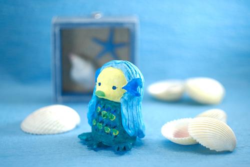 ツバキアキラが粘土で作って撮ったアマビエの人形の写真。
