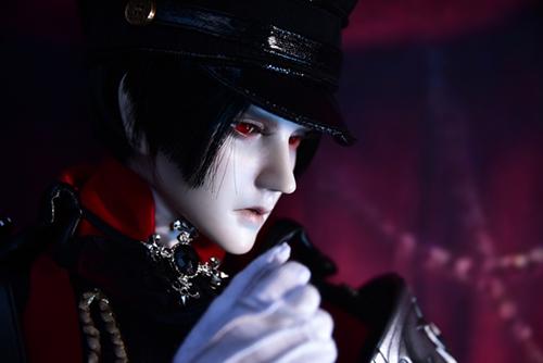 ツバキアキラが撮った、「帝都物語」の加藤保憲としてお迎えした、Ringdoll、Dracula-Style B。加藤には、赤い軍服がよく似合う。