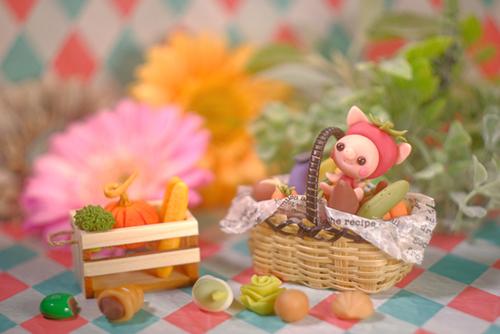 ツバキアキラが撮ったブタちゃんの写真。お野菜のカゴの中で楽しそうな可愛いブタちゃんです。