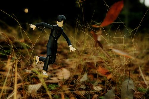 ツバキアキラが撮った、figma、R・田中一郎。草むらで、よいしょっと跳んでいる、あ~るくん。