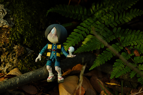 ツバキアキラが撮った、海洋堂・タケヤ式自在置物・鬼太郎。目玉おやじを手に乗せて、お散歩している鬼太郎。