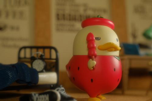 ツバキアキラが撮った、POP MART・DUCKOO・冬の大地でシリーズ。イチゴ飴を持った、ブサカワなアヒルちゃん。