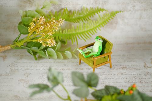 ツバキアキラが撮った、ガチャガチャ。奇譚クラブ・座る蛙。カリモク60ミニチュアファニチャーの椅子に座って、ゆったり、まったり。
