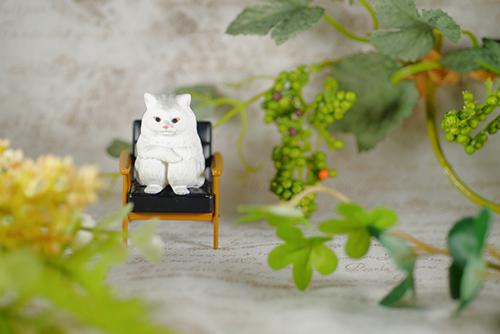 ツバキアキラが撮った、ガチャガチャ。バンダイ・まちぼうけ。カリモク60ミニチュアファニチャーの椅子がジャストフィット過ぎて、動きたくなくなっちゃった、猫さん。