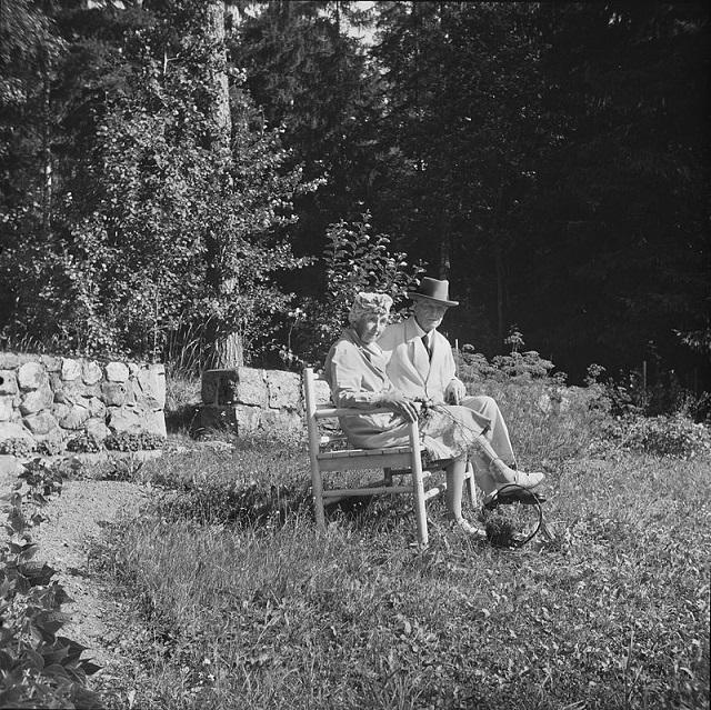 800px-Sibelius-puolisot_kesäiltana_kasvitarhan_penkillä,_1940-1945,_(d2005_167_6_101)_Suomen_valokuvataiteen_museoベリウスと妻アイノ