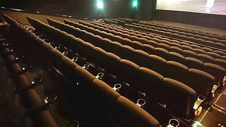 ワイ、ガチで「映画館」を独り占め