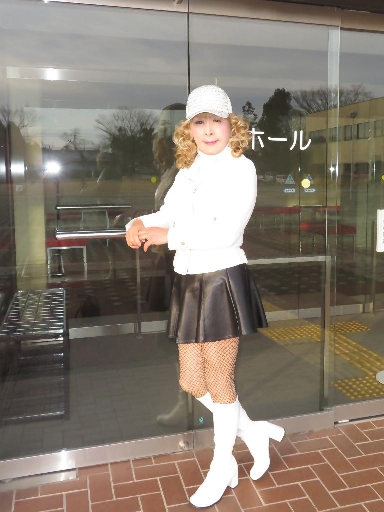白ライダースジャケット黒ミニフレアスカ帽子A(1)