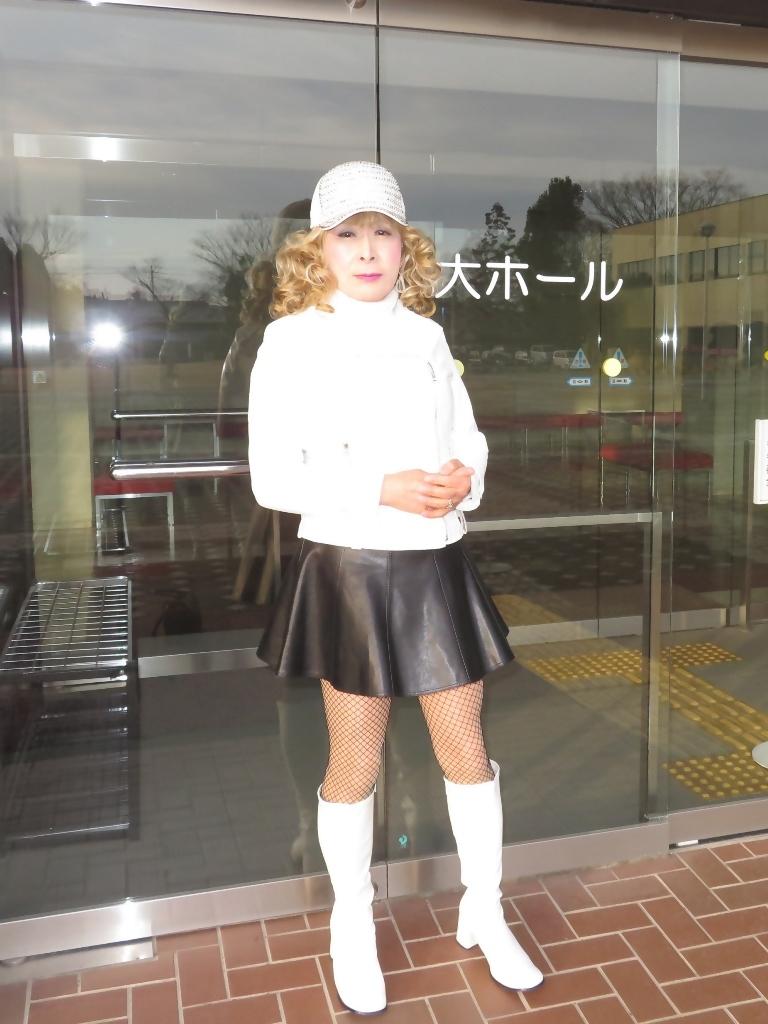 白ライダースジャケット黒ミニフレアスカ帽子A(2)
