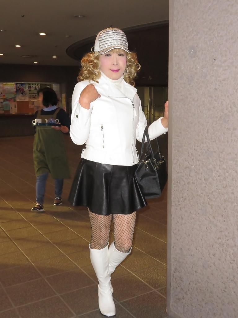 白ライダースジャケット黒ミニフレアスカ帽子A(4)