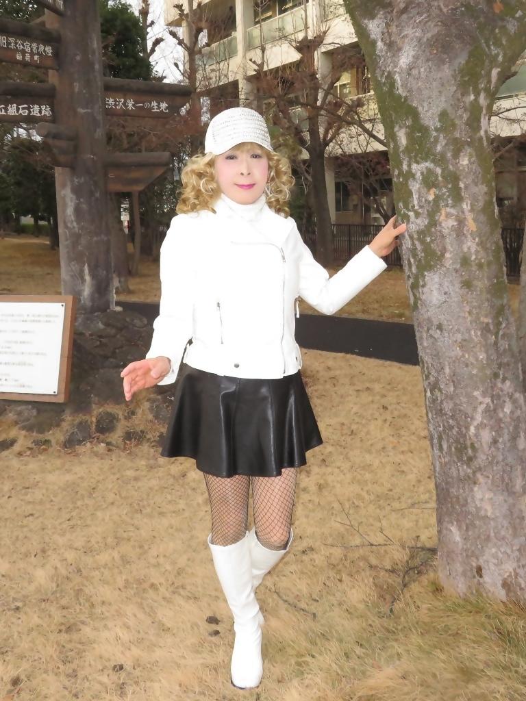 白ライダースジャケット黒ミニフレアスカ帽子B(1)