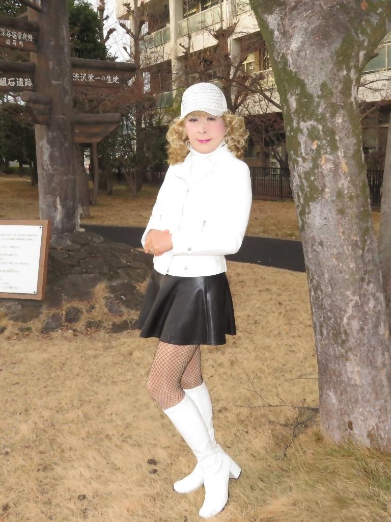 白ライダースジャケット黒ミニフレアスカ帽子B(2)
