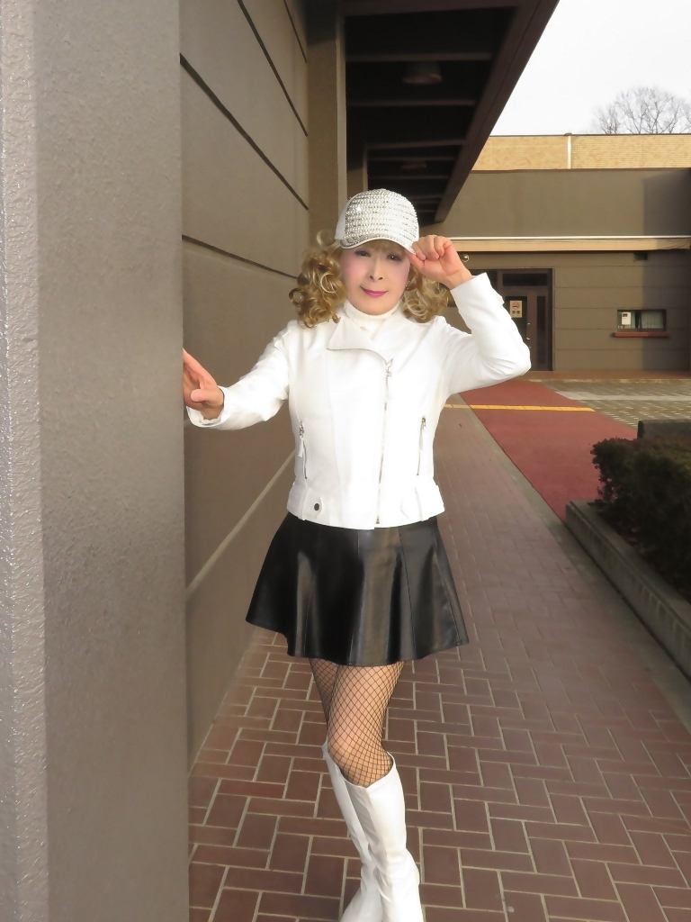 白ライダースジャケット黒ミニフレアスカ帽子B(3)