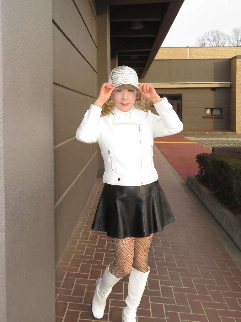 白ライダースジャケット黒ミニフレアスカ帽子B(4)