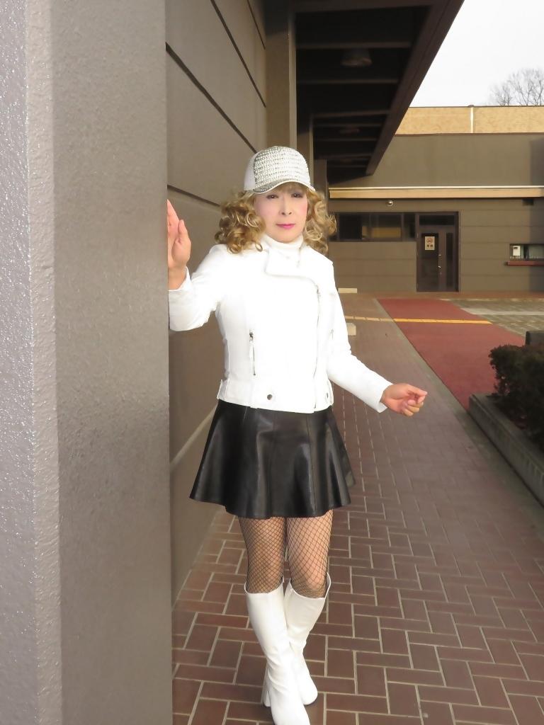 白ライダースジャケット黒ミニフレアスカ帽子B(5)