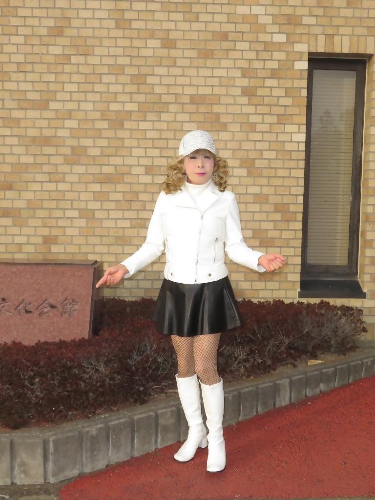 白ライダースジャケット黒ミニフレアスカ帽子B(6)