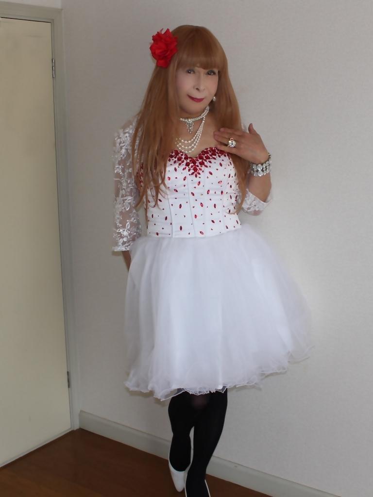 赤ビジュ飾り白ショートドレス部屋A(1)