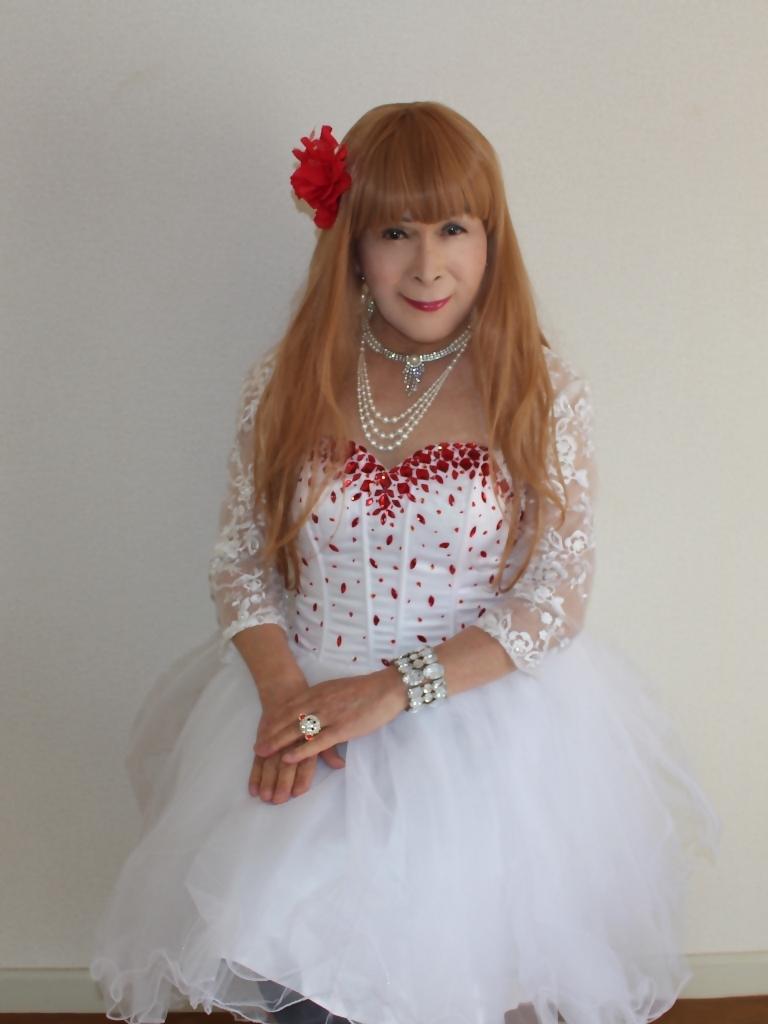 赤ビジュ飾り白ショートドレス部屋C(5)