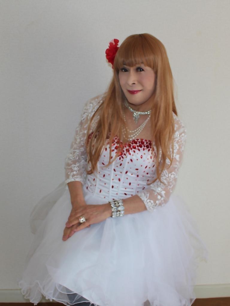 赤ビジュ飾り白ショートドレス部屋C(6)