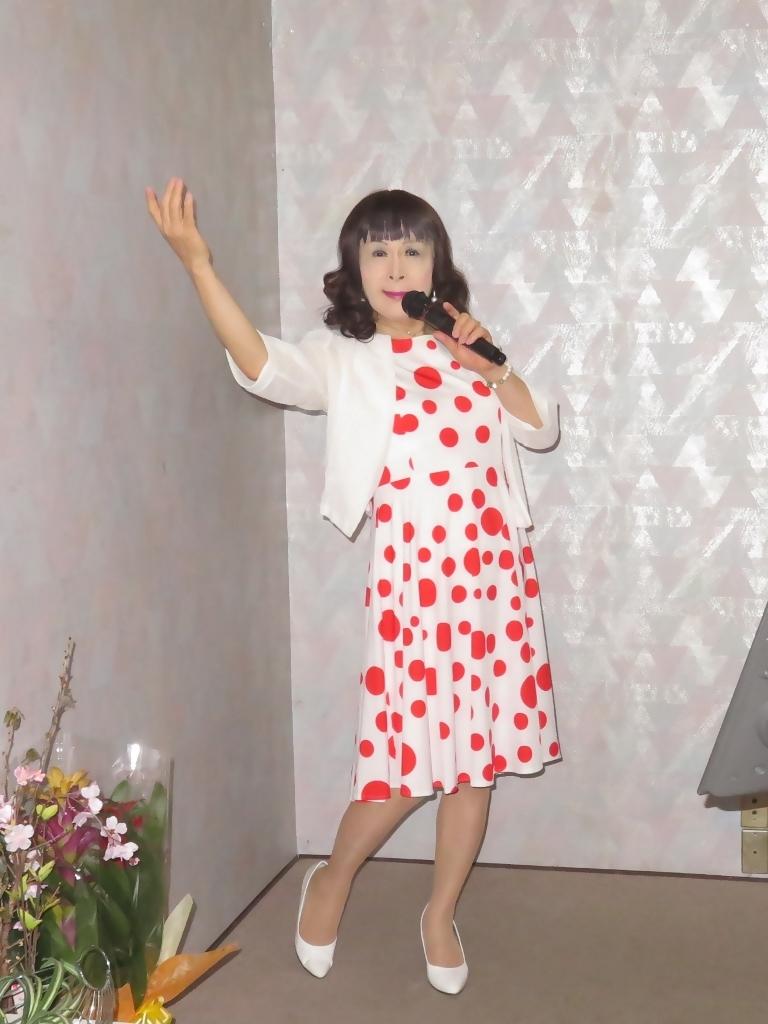 白地に赤水玉模様ワンピカラオケ(1)
