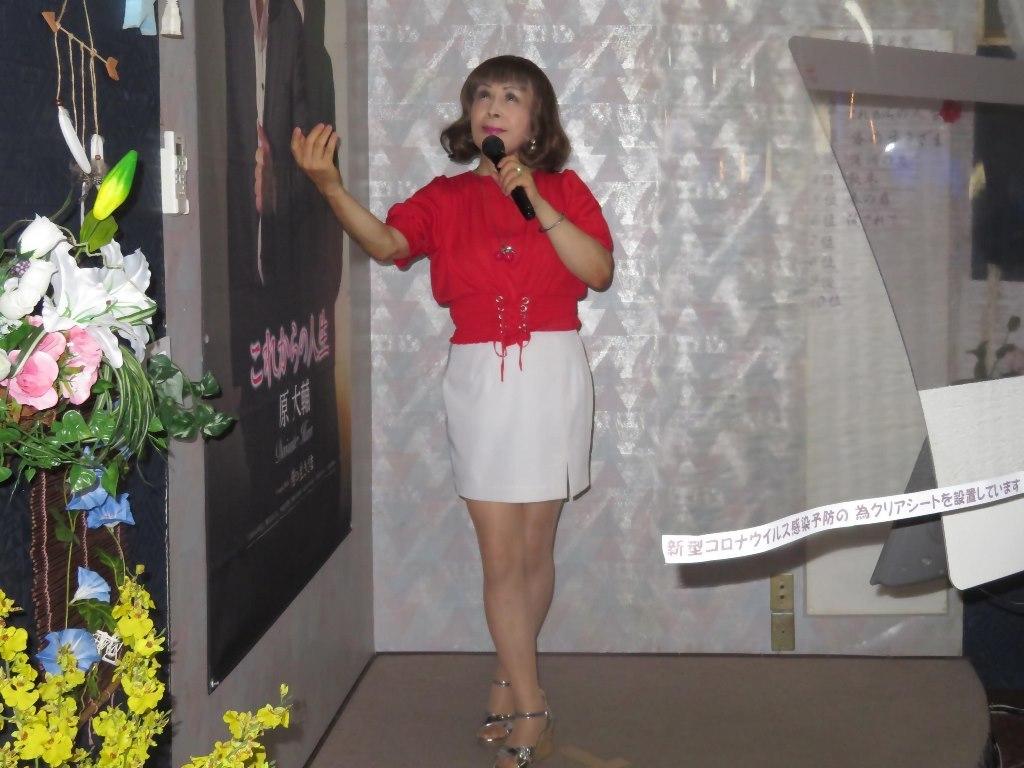 赤ブラウス白タイトミニカラオケ(4)