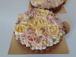 バラ飾りのラズベリーのタルト