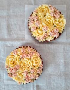 バラ飾りのラズベリーのタルト2台縦